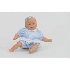 Csecsemő baba, kék ruhában, 26 cm