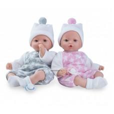 Peti baba szürke ruhában